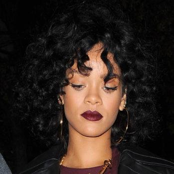 Les-cheveux-boucles-de-Rihanna